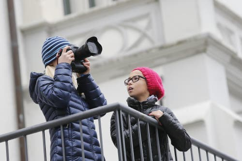 Lena Kelter (liniks) und Malaika Layhani fotografieren für einen Artikel der Neuen Zuger Zeitung. (Bild: Stefan Kaiser / Neue ZZ)