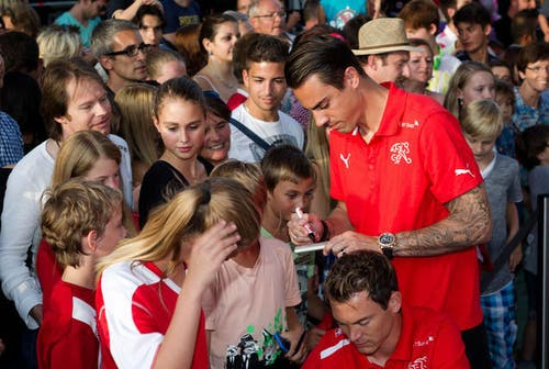 11. August 2013: Die grossen Fussballstars waren in Luzern plötzlich ganz nah. Auf dem Mühleplatz Luzern fanden die Swiss Football Awards statt. Im Bild gibt Diego Benaglio fleissig Autogramme. (Bild: Manuela Jans / Neue LZ)