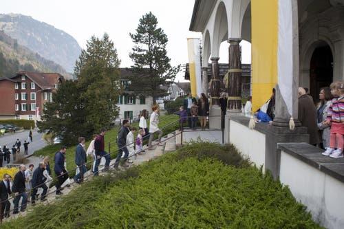 Die Erstkommunikanten ziehen mit ihren Eltern in die Kirche ein. (Bild: Edi Ettlin)