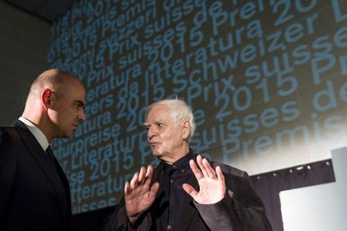 Bundesrat Alain Berset (links) gratuliert dem Schweizer Schriftsteller Adolf Muschg, der für sein Lebenswerk mit dem Grand Prix geehrt wird. (Bild: Keystone / Alexxandro della Valle)
