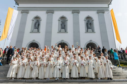 Nach dem Gottesdienst heisst es lächeln für das obligatorische Gruppenfoto. (Bild: Roger Grütter / Neue LZ)
