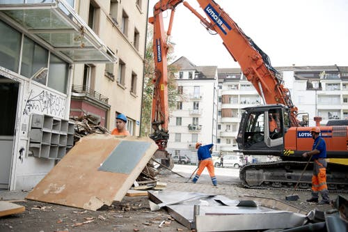 Am Montag hat der Abbruch der Siedlung Himmelrich 3 in der Neustadt gestartet. Sie wird zurückgebaut – eine Abrissbirne sucht man vergeblich. (Bild: Corinne Glanzmann / Neue LZ)