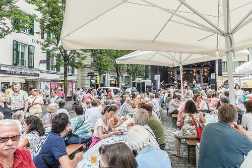 Sitzen, die Musik geniessen und etwas schlürfen. Das Publikum geniesst die Stimmung auf dem Kapellplatz. (Bild: pd)
