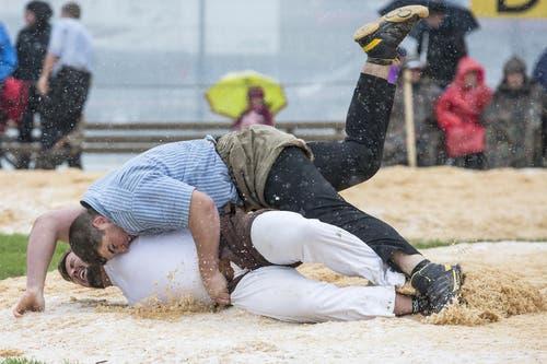 Dario Gwerder (oben) im Einsatz gegen Jonas Lengacher im 4. Gang. (Bild: Keystone / Alexandra Wey)