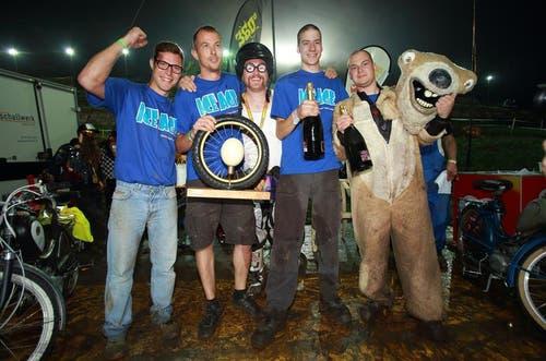 «Kari Kreidler» (Mitte) flankiert von den Gewinnern des Publikumslieblings«ICE AGE». (Bild: André A. Niederberger / Neue NZ)