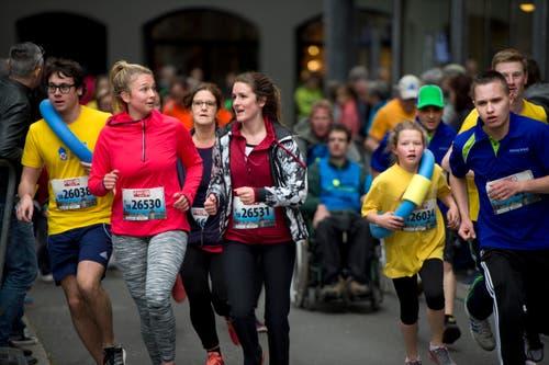 Smalltalk am Stadtlauf: Jana Burri aus Sachseln (zweite von links) im Gespräch mit Lorraine Burri aus Sachseln. (Bild: Eveline Beerkircher / Neue LZ)