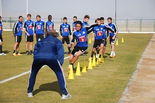 Nelson Ferreira beim Lauf zwischen den Töggeli, beobachtet von den Mitspielern und Konditionstrainer Walter Grüter. (Bild: Daniel Wyrsch / Neue LZ)