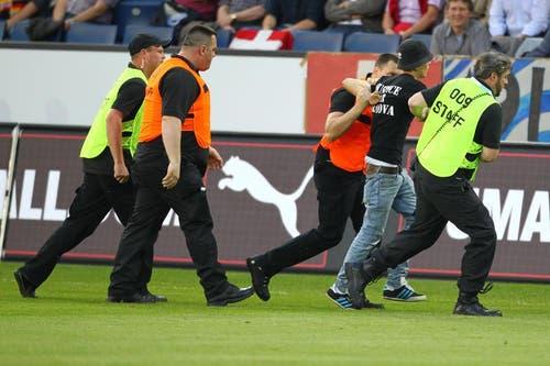... und wird von der Security abgeführt. (Bild: Philipp Schmidli / Neue LZ)