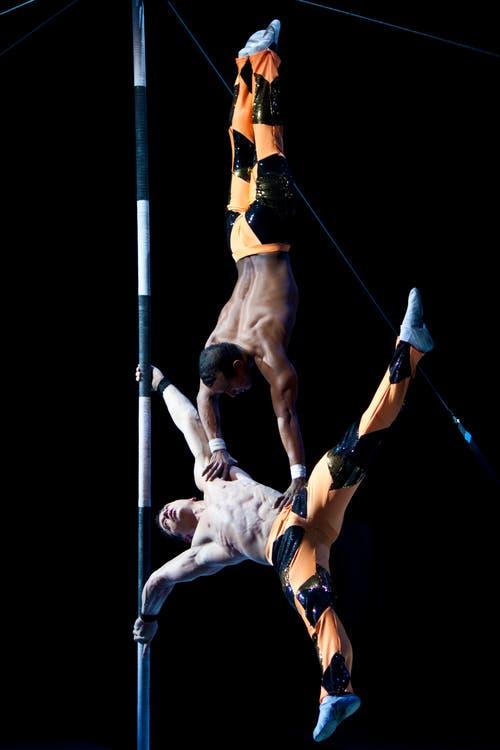 Die beiden athletischen Männer mit ihren breiten Schultern und stählernen Bauchmuskeln aus Kuba präsentieren eine Masten-Nummern welche mit dem Stichwort »Kraft« zusammengefasst werden kann. (Bild: PD)