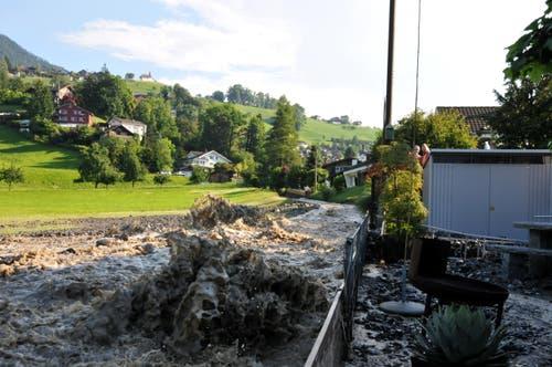 Der Bach entlang der Ziegelhüttenstrasse in Sarnen trat über die Ufer. (Bild: Adrian Venetz)