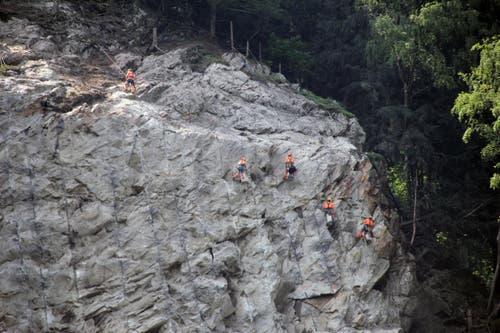 Kurz nach der Sprengung begutachten Geologen den Hang. (Bild: René Meier / Luzernerzeitung.ch)