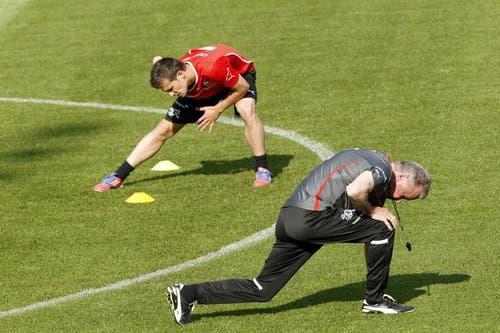 Ottmar Hitzfeld (r.) und Valentin Stocker beim Training. (Bild: Keystone)