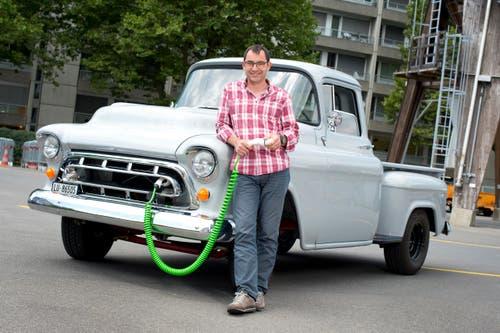 2. August: Der Zuger Stadtökologe Walter Fassbind hat seinen Pickup aus dem Jahr 1957 umgebaut haben. Aus dem Benzinfresser ist ein Elektromobil geworden. (Bild: Maria Schmid / Neue ZZ)