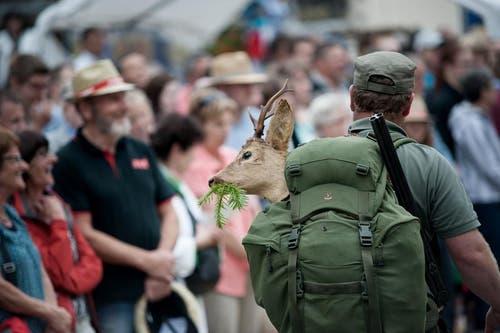 Die Jagdgesellschaft Schüpfheim präsentiert sich ebenfalls beim Umzug. (Bild: Pius Amrein / Neue LZ)