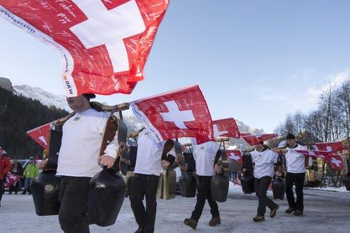 Die Schweizer Fans rücken mit Jochrinklern an. (Bild: Keystone / Urs Flüeler)