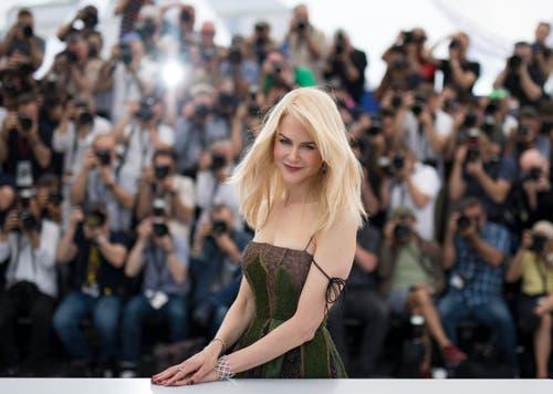"""Die australische Schauspielerin Nicole Kidman posiert auf dem roten Teppich in Cannes. Sie macht dort Werbung für ihren Film: """"The Killing of a Sacred Deer"""". (Bild: EPA/Ian Langsdon)"""