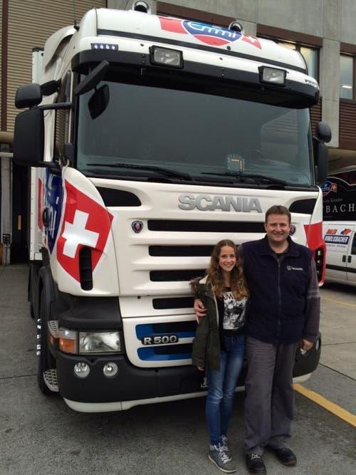Sarah mit Papi vor dem Lastwagen bei der Blättler AG Littag (Emmi) (Bild: Dani Lisibach)