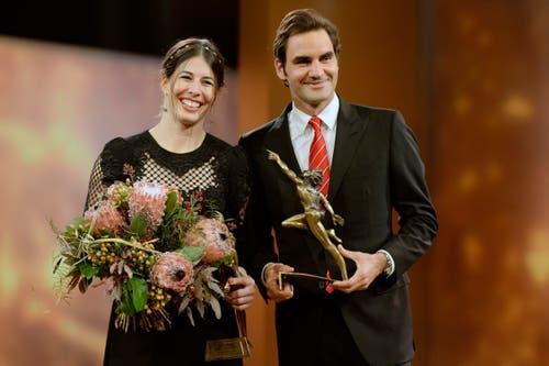 Auch ein schönes Paar, zumindest für ein Foto: Dominique Gisin und Roger Federer, die beiden Sportler des Jahres strahlen um die Wette. (Bild: Keystone)