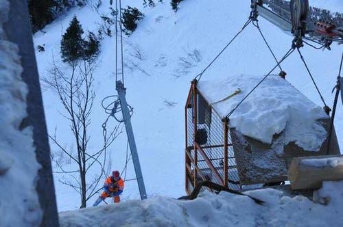 16. Januar: Ein angeseilter Mitarbeiter bei Demontagearbeiten im steilen Gelände unterhalb der Bergstation. (Bild: Robert Hess / Neue OZ)