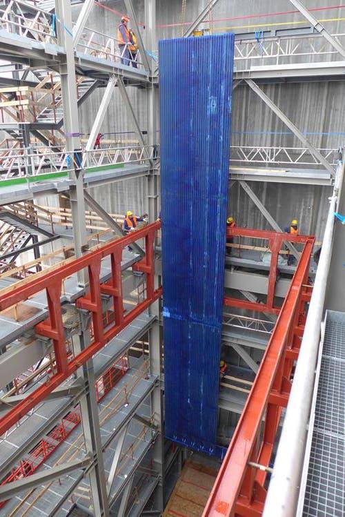 Dezember 2013: Einbau der Teile für den Verbrennungsofen (Bild: PD)