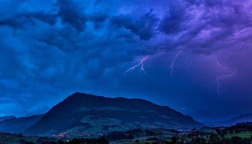 Blitze über der Rigi. (Bild: Leser Dionys Moser)