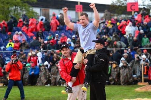 Christian Schuler feiert auf den Schultern seiner Kameraden den Festsieg. (Bild: Maria Schmid / Neue ZZ)