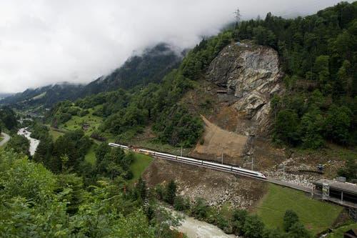 Ein Personenzug fährt am 3. Juli wieder über die Gotthard-Strecke. (Bild: Keystone)