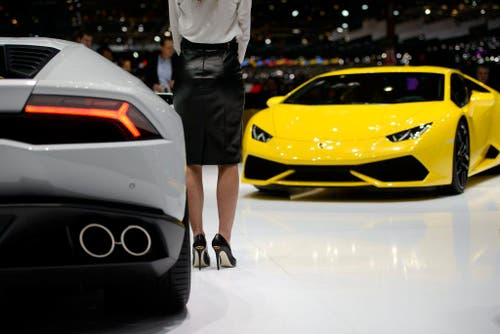 Pferdestärken-Bolzer: Eine Hostess präsentiert den neuen Lamborghini Huracán (610 PS). (Bild: Keystone)