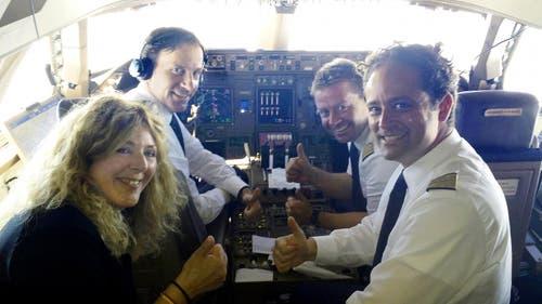 14. Juli: Die deutsche Weltmeister-Mannschaft ist in Berlin gelandet. Am Steuerknüppel der Lufthansa-Maschine sass der Schwyzer Pilot Markus Imlig (hinten rechts) aus Rickenbach. (Bild: PD)