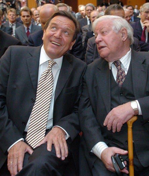 Alt-Kanzler Helmut Schmidt und der damalige Bundeskanzler Gerhard Schröder sitzen am 4. Mai 2004 an einem Wirtschaftskongress in Berlin und dem 85. Geburtstag von Schmidt, nebeneinander. (Bild: Keystone)