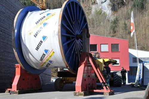Die Ladung ist gewaltig, die das riesige Tiefladefahrzeug von der Fabrik in Romanshorn nach Dallenwil transportierte. Der Durchmesser der Kabeltrommel, der sogenannten Bobine, beträgt über 4 Meter. Auf ihr aufgerollt sind fast 2,5 Kilometer Tragseile. Gesamthaft wiegt die Ladung rund 70 Tonnen. (Bild: Matthias Piazza / Neue NZ)
