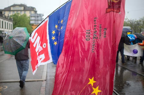Zürich: Demonstranten tragen Unia- und Eu-Fahnen beim traditionellen 1. Mai-Umzug. (Bild: Keystone)