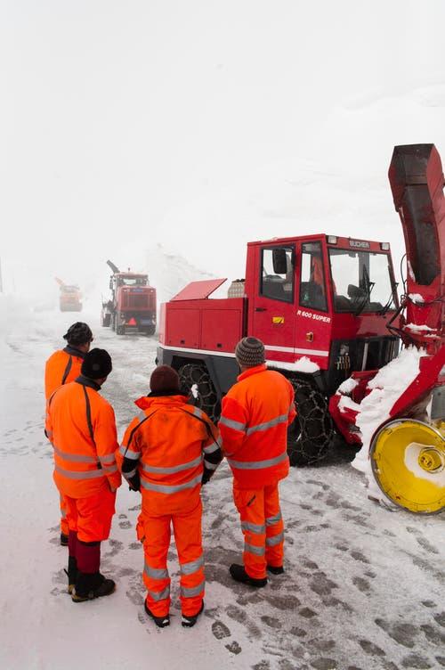 Die Arbeiter besprechen die nächsten Schritte. (Bild: Keystone / Benedetto Galli)