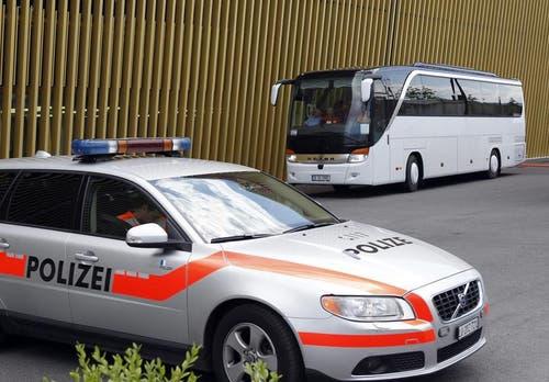 Die Polizei eskortiert die rumänische Fussball-Nationalmannschaft zur swissporarena. (Bild: Keystone)