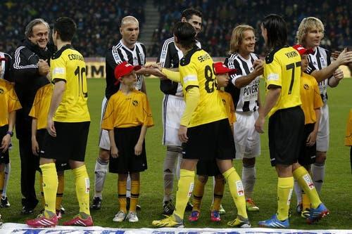 Michel Platini, Zinedine Zidane, Fernando Hierro, Michel Salgado und Pavel Nedved begrüssen die YB-Spieler. (Bild: Keystone)