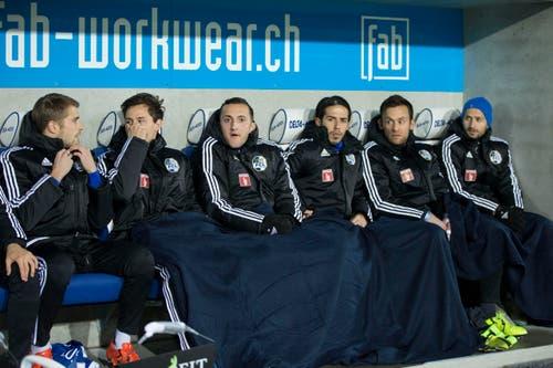 Die Luzerner Ersatzspieler sind warm eingepackt. (Bild: Keystone / Dominik Baur)