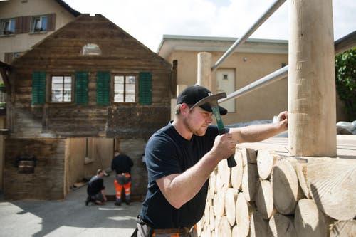 Pascal Brun beim Aufbau der Ämmeruugger Hütte im Dorfzentrum von Schüpfheim für das 61. Zentralschweizerische Jodlerfest in Schüpfheim vom 24. bis 26. Juni 2016. (Bild: Corinne Glanzmann)