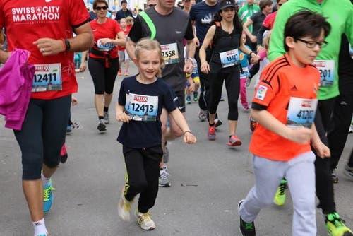 Läuferinnen und Läufer der Kategorie 3 sind unterwegs am Stadtlauf. So auch Sarah Brun (Mitte) aus Eschenbach mit Papa Stefan Brun (links). (Bild: Sara Häusermann / Luzernerzeitung.ch)