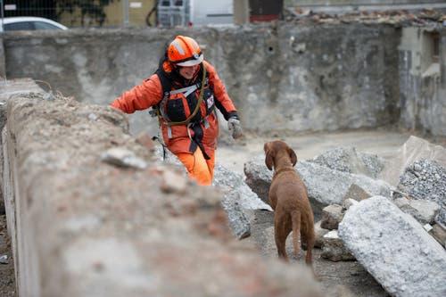 Theres Jans mit Hund Nanya. (Bild: Corinne Glanzmann (Neue LZ))