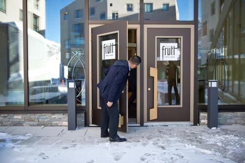 Investor Yunfeng Gao vor dem Eingang des neuen Hotels. (Bild: Dominik Wunderli / Neue LZ)