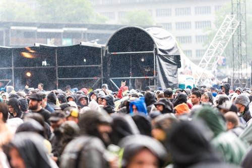 Head bangen mit Regenmütze. (Bild: Roger Grütter)