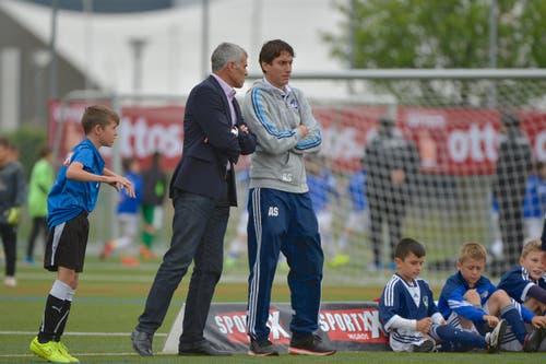 Der Nachwuchs - Chef des FC Luzern Andy Egli (links) im Gespraech mit Alan Schamberger, Trainer beim FC Luzern. (Bild: Martin Meienberger)