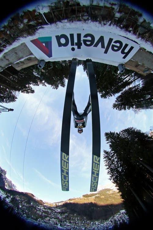 Simon Ammann fliegt über die Schanze. (Bild: Philipp Schmidli)