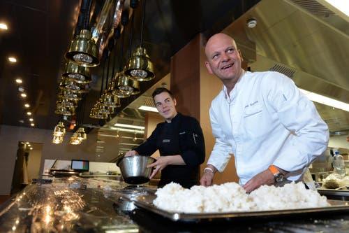 Chefkoch Johan Breedijk (rechts) und Sous-Chef Michael Embacher in der neuen Küche im Hotel Montana. (Bild: Nadia Schärli / Neue LZ)