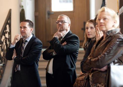 Gespanntes Warten auf das Ergebnis bei FDP-Kandidat Alfred Bosshard. (Bild: Corinne Glanzmann / Neue NZ)