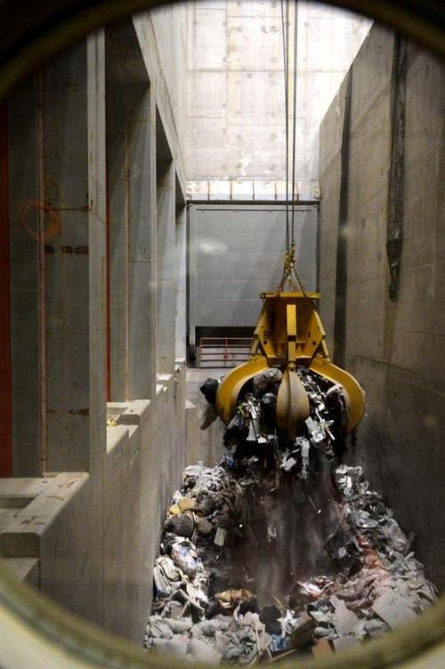 Dezember 2014. Abfallanlieferung: Zu Testzwecken wurde vor Weihnachten bereits Abfall angeliefert. (Bild: Nadia Schärli)