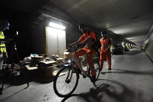 Noch gehts im Gotthard-Basistunnel gemütlich zu und her. Arbeiter benutzen das Velo, um in der weitläufigen Multifunktionsstelle Sedrun von A nach B zu gelangen. (Bild: Urs Hanhart / Neue UZ)