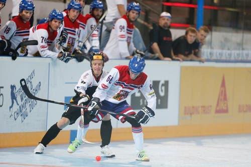 Der Schweizer Spieler (hinten) im Zweikampf gegen einen tschechischen Spieler. (Bild: Stefan Kaiser (Neue ZZ))