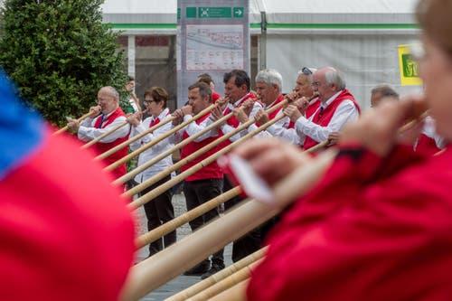 Auf dem Tessiner Festplatz spielten Alphornbläser auf. (Bild: Keystone/Ti-Press/Carlo Reguzzi)