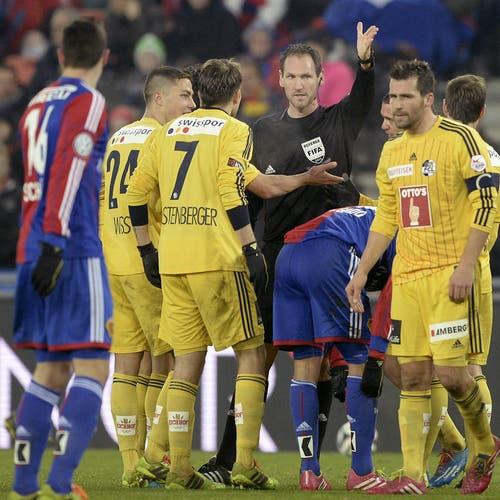 Schiedsrichter Nikolay Hänni gibt den Ton an. (Bild: Keystone)